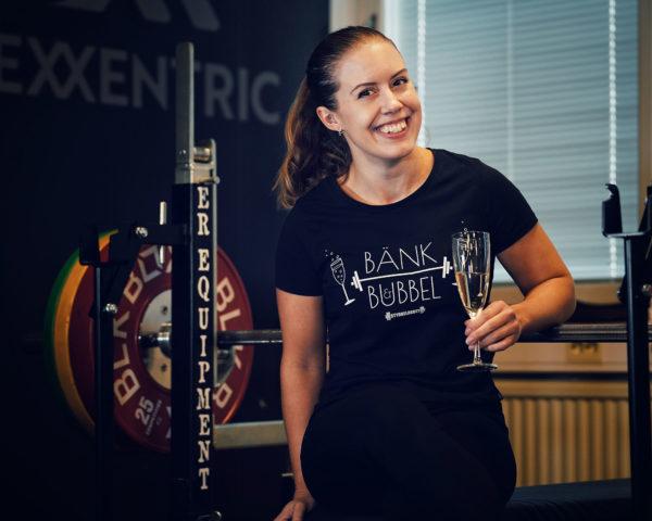 Tryckets upphovskvinna, Sandrine, visar stolt upp Bänk & Bubbel