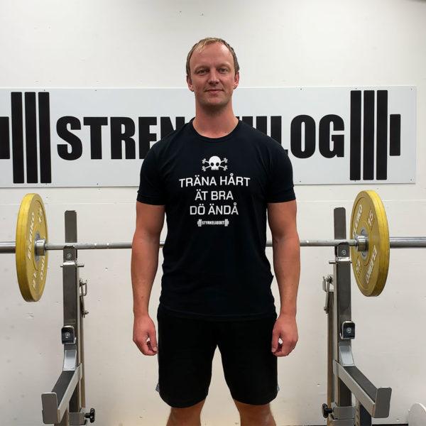 Daniel modellar t-shirten i XL